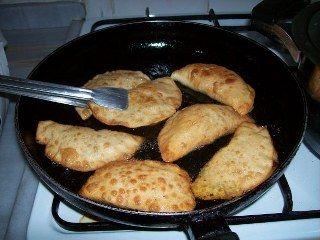 Çiğ börek yapımı