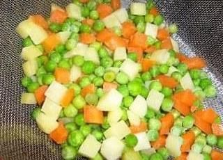 Kağıtta sebzeli köfte yapımı